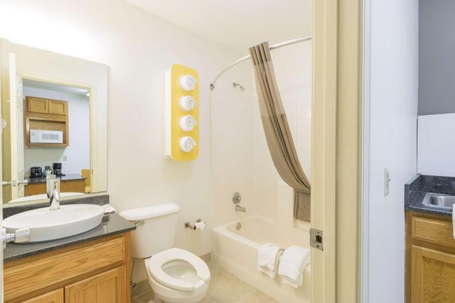 Studio 6 Statesboro - Statesboro - Bathroom