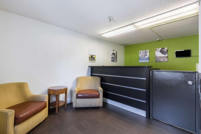 Studio 6 Statesboro - Statesboro - Front desk