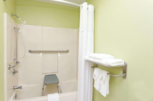 Days Inn by Wyndham Springfield - Springfield - Bathroom