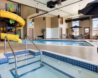Microtel Inn & Suites by Wyndham Lloydminster - Ллойдмінстер - Басейн