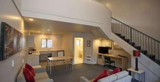 Aubyn Court Spa Motel - Palmerston North - Living room