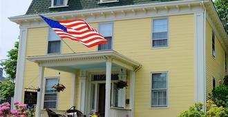 Yankee Peddler Inn - Newport - Building