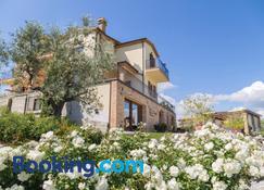 Agriturismo Le Bosche - Serravalle - Building