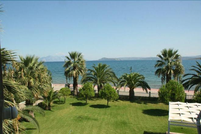 Batis Hotel - Livanates - Outdoors view