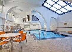 Holiday Inn & Suites Windsor Ambassador Bridge, An Ihg Hotel - Windsor - Pool