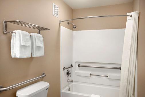 Super 8 Jackson - Jackson - Bathroom