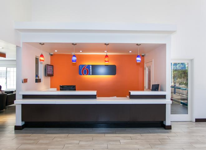 Motel 6 Los Angeles Hollywood - Los Angeles - Front desk