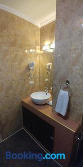 達爾西內亞套房酒店 - 拉普拉普 - 麥克坦 - 浴室