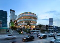 Fox Hotel Pekanbaru - Пеканбару