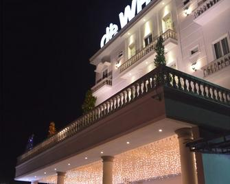 D'ewhitte Hotel - Pekanbaru - Building