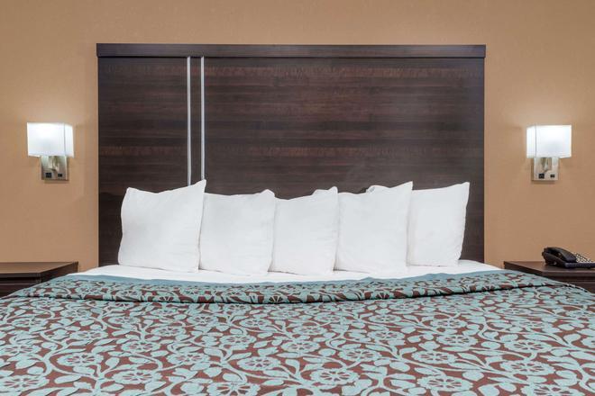 Days Inn by Wyndham Maumee/Toledo - Maumee - Makuuhuone
