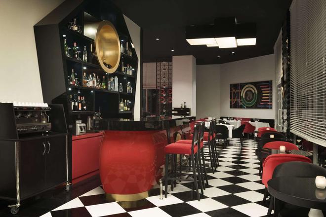 Ramada Hotel & Suites by Wyndham Istanbul Sisli - Estambul - Bar