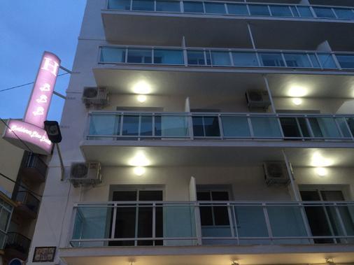 Hostal Boutique Benidorm Blue Beach - Benidorm - Building