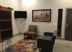 The Chapman House - An Urban Retreat - Edmond - Living room