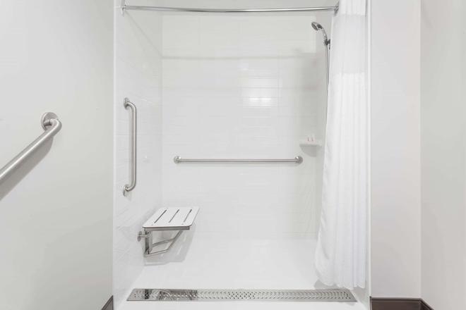 Microtel Inn & Suites by Wyndham Kirkland Lake - Kirkland Lake - Bathroom