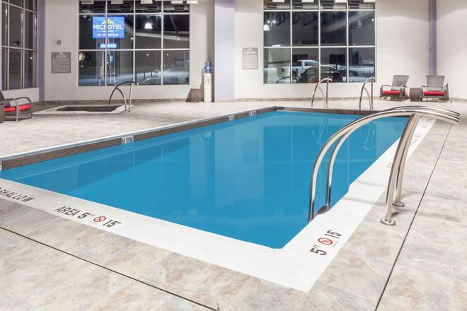 Microtel Inn & Suites by Wyndham Kirkland Lake - Kirkland Lake - Pool