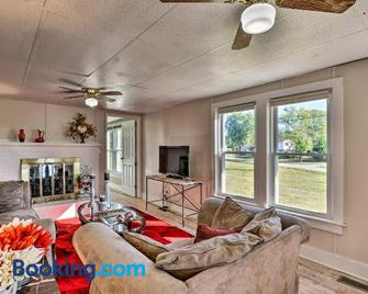 'Six Waterpots Cottage' in Blue Ridge Mtns! - Lenoir - Living room