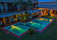 西堤布魯城市坎帕拉酒店 - 坎帕拉 - 坎帕拉 - 游泳池