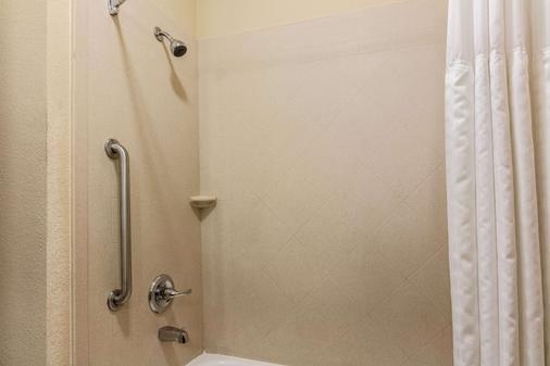 Comfort Inn & Suites - Mansfield - Bathroom