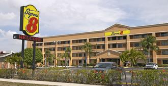 Super 8 by Wyndham Fort Myers - Fort Myers - Κτίριο