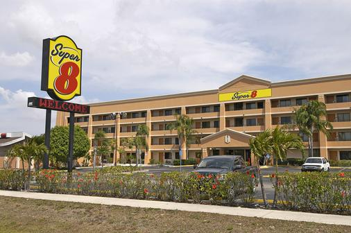 Super 8 by Wyndham Fort Myers - Fort Myers - Toà nhà