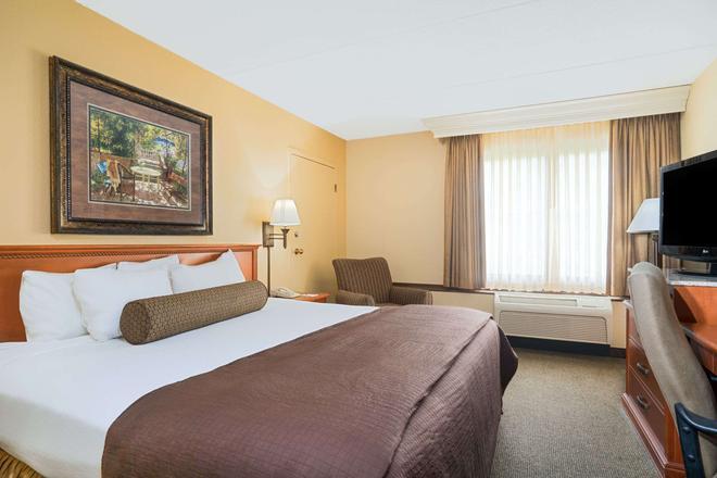 Ramada by Wyndham Plymouth Hotel & Conference Center - Plymouth - Habitación