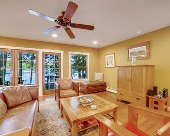 Lakefront home w/ private deck, kayaks, & firepit - close to skiing & hiking - Chestertown
