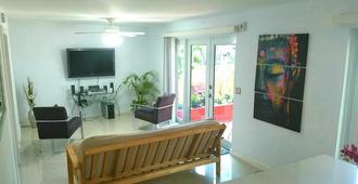 Spring Garden Oasis ~ Just 5 Minutes Away From Everything In Miami ~ - Miami - Living room
