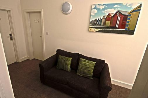 Resolution Hotel - Whitby - Living room