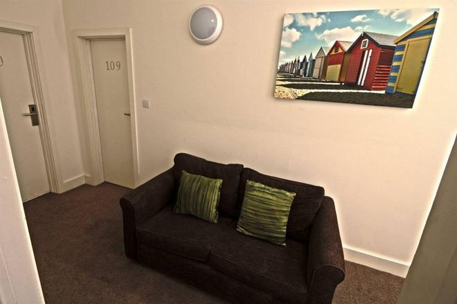 The Resolution Hotel - Whitby - Living room