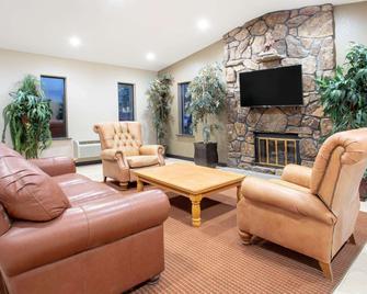 Super 8 by Wyndham Billings - Billings - Living room