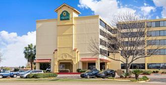 La Quinta Inn & Suites by Wyndham New Orleans Airport - Кеннер