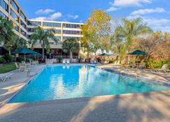 La Quinta Inn & Suites by Wyndham New Orleans Airport - Kenner - Piscina