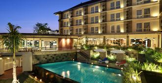 Golden Tulip Essential Denpasar - Denpasar - Pool