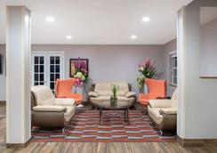 Microtel Inn & Suites by Wyndham Springfield - Springfield - Lobby