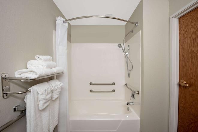 Microtel Inn & Suites by Wyndham Springfield - Springfield - Bathroom