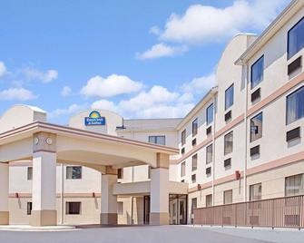 Days Inn & Suites by Wyndham Laurel Near Fort Meade - Лоурел - Здание