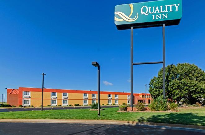 Quality Inn South - Wichita - Building