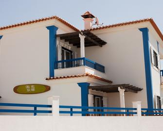 Ericeira Chill Hill Hostel & Private Rooms - Sea Food - Ericeira - Building