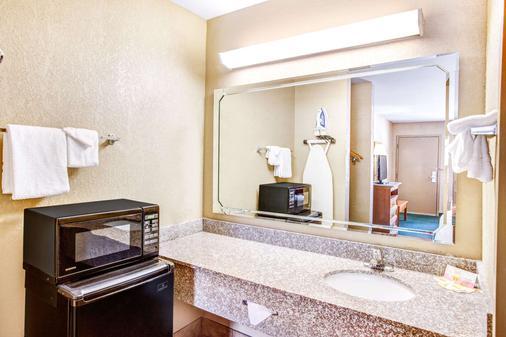 Days Inn by Wyndham Kennesaw - Kennesaw - Bathroom