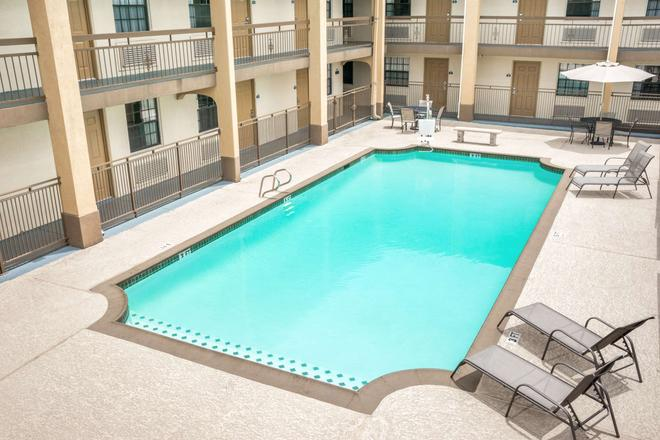 Days Inn by Wyndham Houston - Houston - Piscina