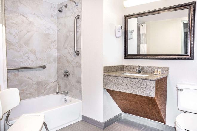Days Inn by Wyndham Houston - Houston - Bathroom