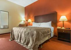 Quality Inn and Suites - Lawrenceburg - Schlafzimmer