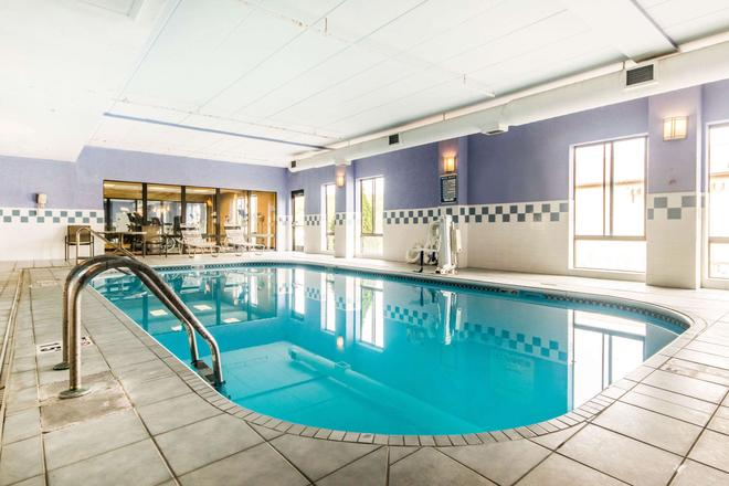 Quality Inn and Suites - Lawrenceburg - Piscina