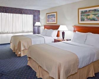 Ramada by Wyndham Uniontown - Uniontown - Bedroom
