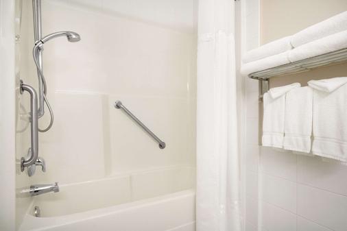 Days Inn & Suites by Wyndham, Langley - Langley - Μπάνιο