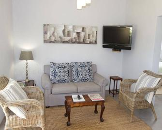 Paul Wallace Wines & Cottages - Grabouw - Living room