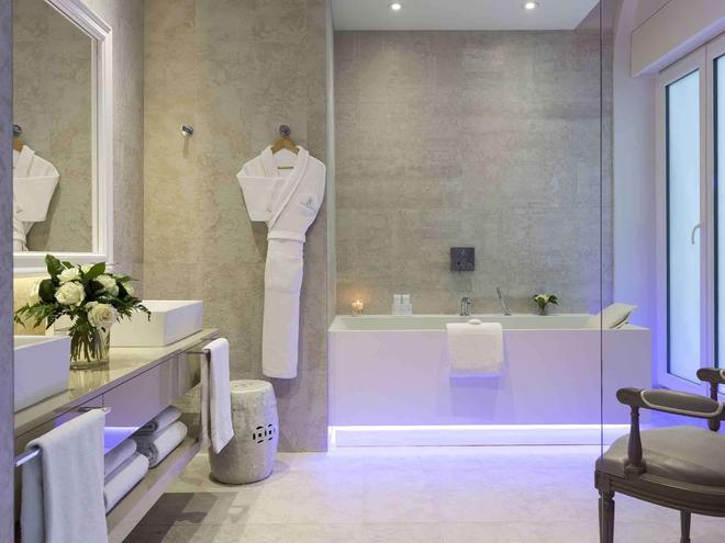Hôtel Barrière Le Royal La Baule - La Baule-Escoublac - Bathroom