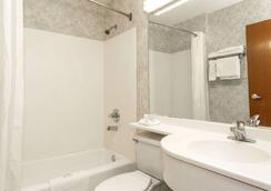Microtel Inn & Suites by Wyndham Dry Ridge - Dry Ridge - Bathroom