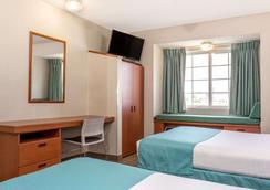 Microtel Inn & Suites by Wyndham Dry Ridge - Dry Ridge - Bedroom